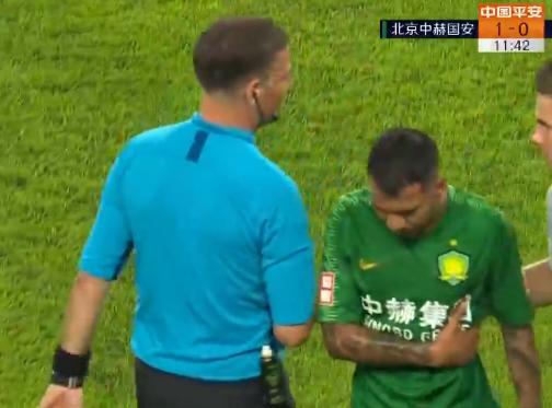 GIF:比埃拉受伤画面,出球时遭到王选宏冲撞