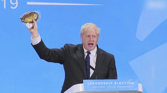 讲到脱欧的必要性 英首相候选人突然掏出一包腌鱼 这意思是英国脱欧后,这些咸鱼在英国就可以不用冰袋卖给