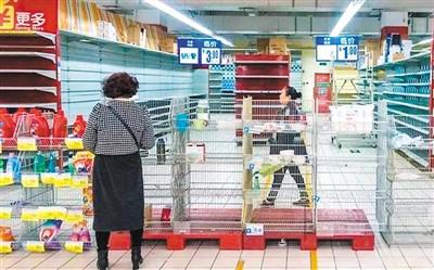 """二○一八年三月六日,成都家乐福光华路店闭店前进入""""清仓""""模式,吸引很多市民前来购物。   (资料图片)"""