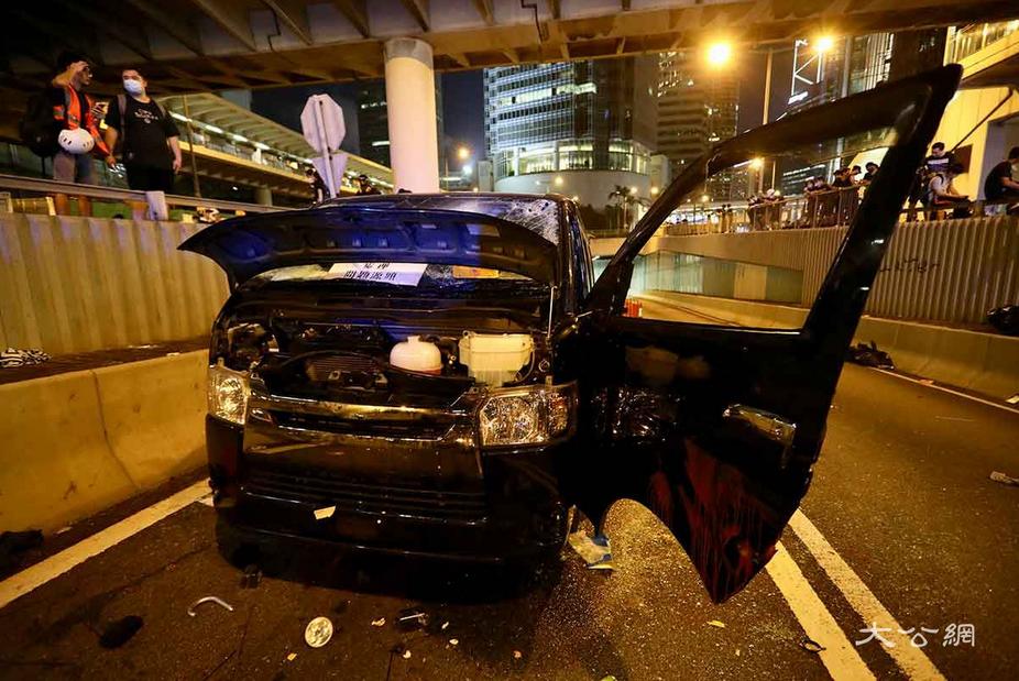 香港部分示威者冲击中联办 路过司机遭围殴(图)