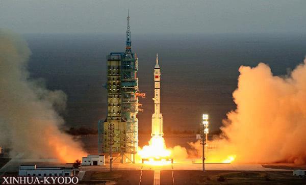 """搭载载人航天器的中国""""长征2F""""火箭被发射升空(2016年10月,xinhua-kyodo)"""