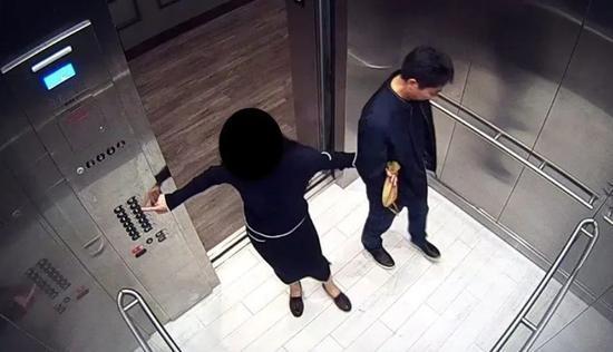 ? 此前披露的公寓楼视频显示,刘强东与女方在电梯内,女方挽着刘强东的手。