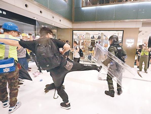 香港警方拘捕一名袭警嫌犯 港媒:疑有黑帮背景