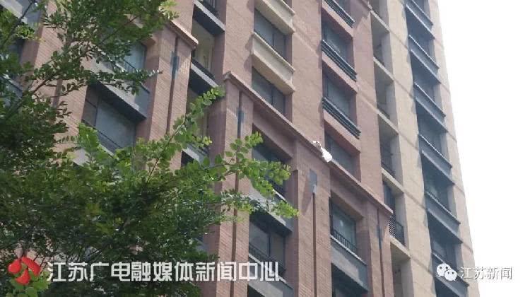 女子25楼扔外卖盒后拒绝承认 警察拨通订单上电话|外卖