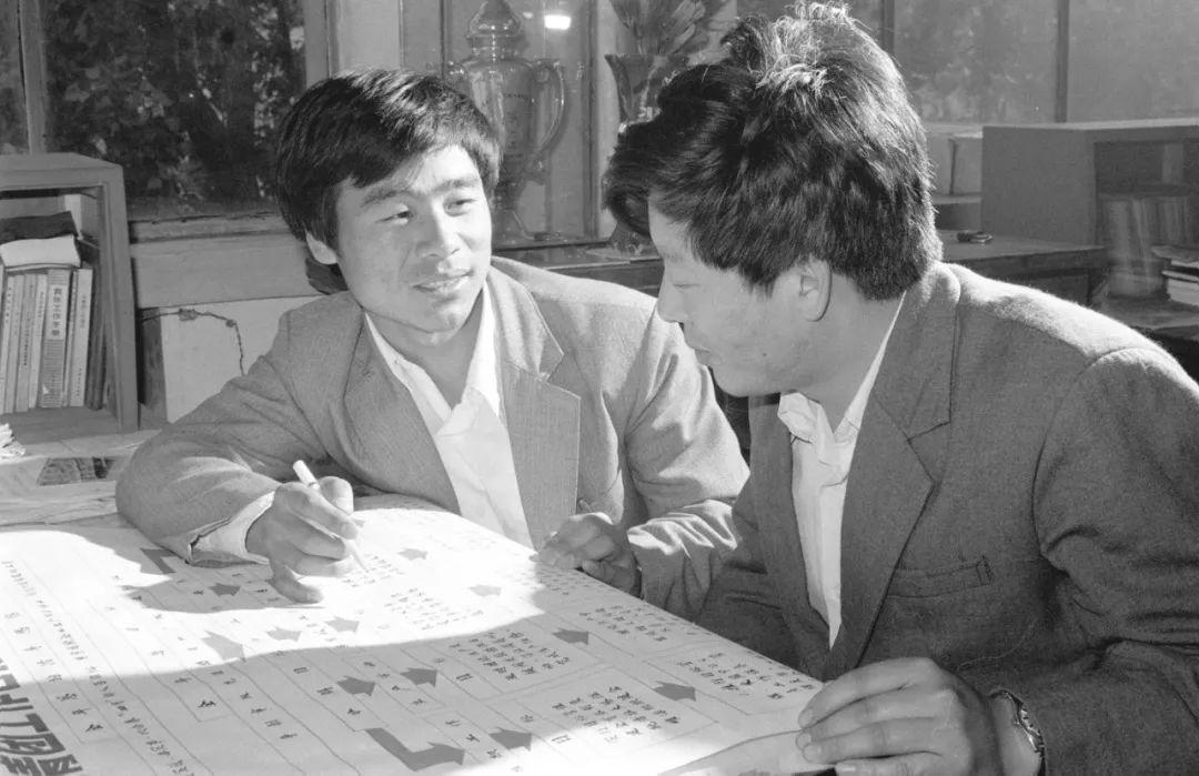 唐山大地震孤儿刘志刚(左)自邢台育红学校高中毕业后,分配到唐山建筑陶瓷厂工作。1982年,他加入了中国共产党。新华社记者 赵连升 摄 (1986年7月5日发)