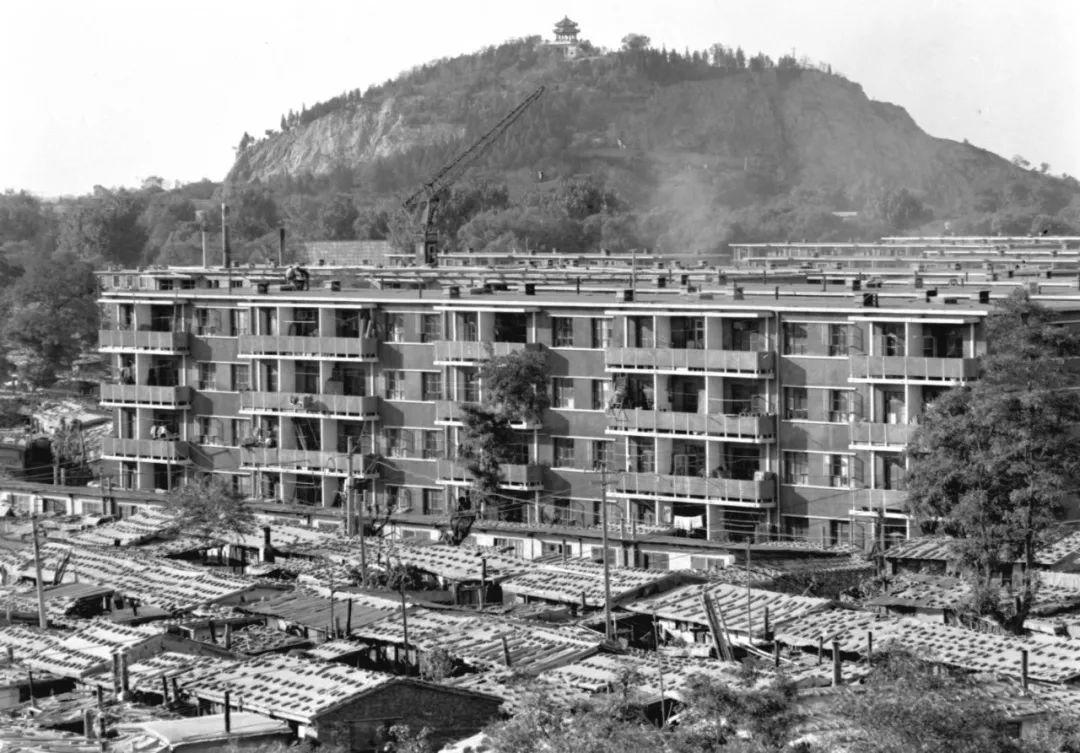 1981年4月14日唐山市凤凰山下,震后搭建的简易房逐渐被拆除,一座座新楼房拔地而起。新华社记者 于永甫 摄
