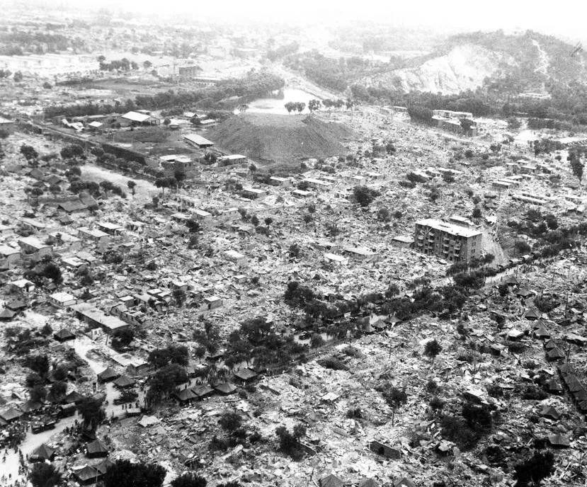1976年7月28日唐山大地震,使市区97%以上的地面建筑被摧毁,凤凰山下一片废墟。新华社发