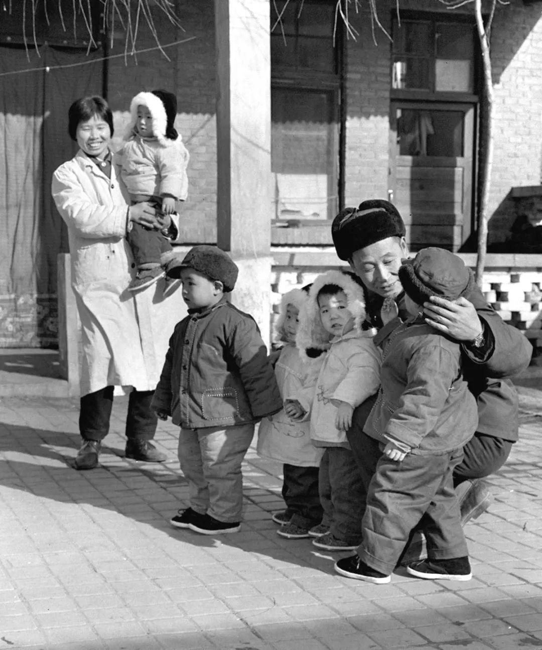 资料图片:育红学校的负责人董玉国(右二)、保育员和孩子们在一起。 新华社记者 张彬 摄