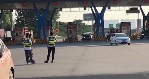 银行员工穿稽查服上高速公路拦车办ETC 市民无奈|收费站