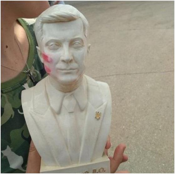 乌总统拒收带口红印的半身塑像 直呼太可怕了(图)|泽连斯基|乌克兰