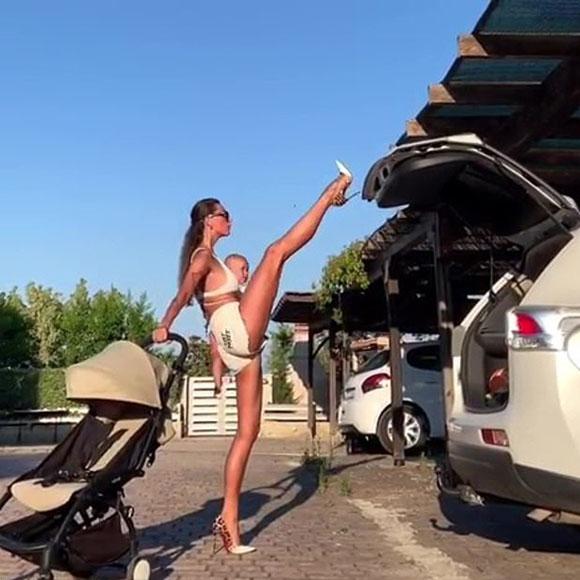 俄网红辣妈一手抱娃一手推车 抬腿用鞋跟关后备箱|Instagram