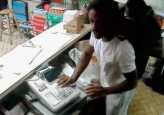美国中餐馆遭抢劫 华裔老板娘挥刀吓跑劫匪|挥刀|劫匪|老板娘