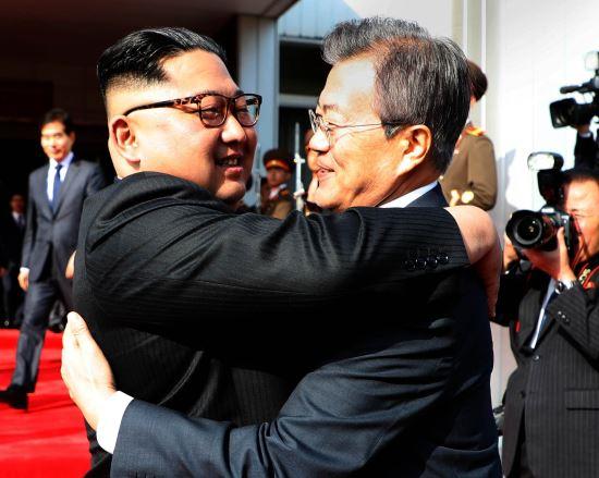 """文在寅:朝韩合作实现""""和平经济"""" 经济可超日本 一边和美国联合军演威胁朝"""