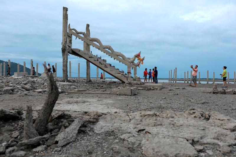 水坝水位走低 泰国一座20年前被淹没的寺庙重现|寺庙