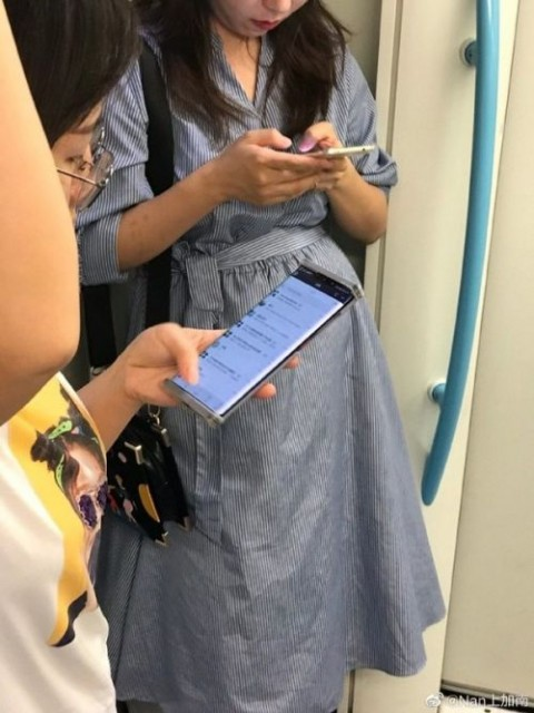 华为Mate 30系列新机现身地铁:双曲面屏+超高屏占比