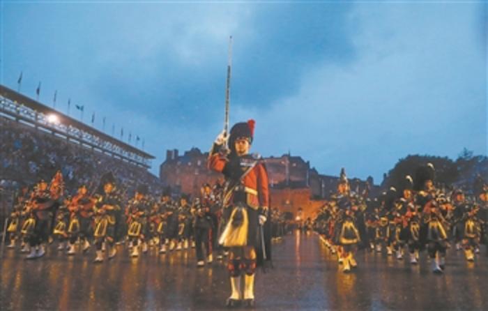 8月6日,军乐队冒雨在英国苏格兰爱丁堡城堡前表演。 2019爱丁堡国际军乐节于8月2日开幕,将于8月24日结束。始于1950年的爱丁堡国际军乐节是爱丁堡艺术节的重要组成部分,每年邀请英国和国外的艺术团队在爱丁堡城堡前举行为期三周的军操和文化表演。 新华社记者 韩岩 摄