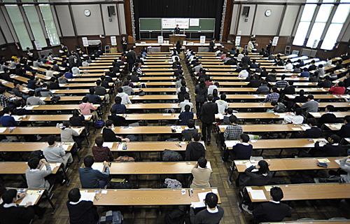 資料圖片:考生在日本東京大學的考場參加大學入學統一考試(新華社)
