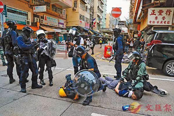 ▲警方在深水埗南昌街近鸭寮街口拘捕两名暴徒