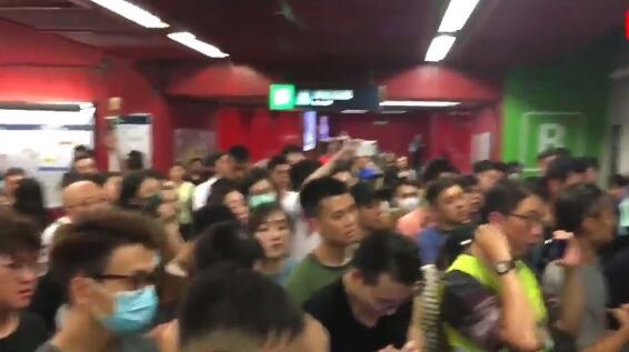 香港非法示威者霸占地铁 却嫌热齐声大喊:开冷气|地铁
