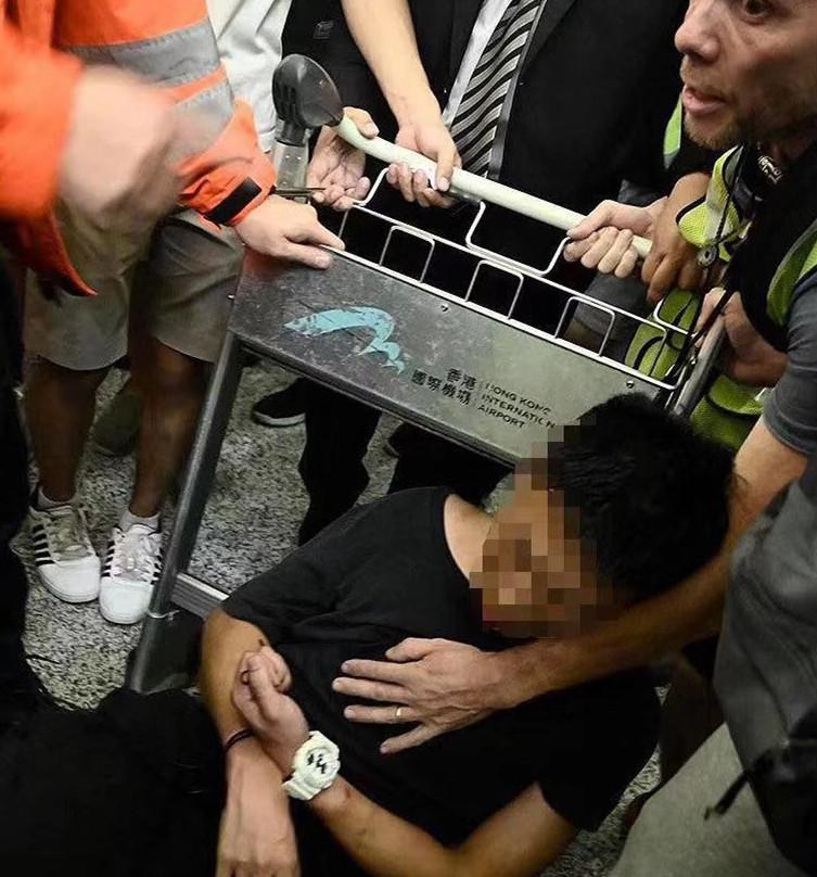 暴徒机场霸凌不明身份内地旅客 专家:恐怖主义|香港机场|霸凌