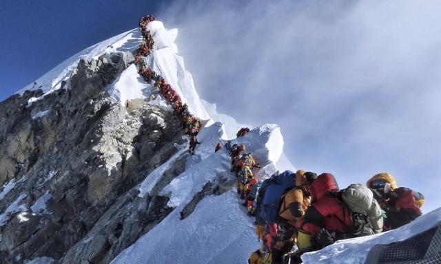 """为避免珠峰""""交通拥堵"""",尼泊尔政府拟新规限制登山者"""