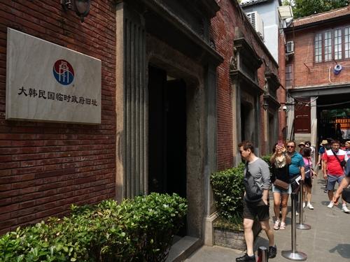 8月14日,韓國游客排隊游覽上海大韓民國臨時政府舊址。(韓聯社)