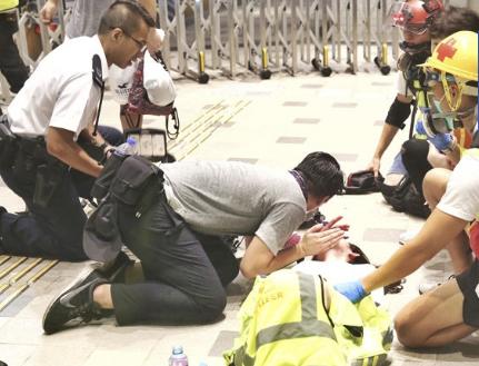 被示威者围堵烧衣抗议 阿sir再出警署只为救人|急救