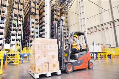 随着电商购物节的临近,江苏南京雨花物流基地内备货超2000万件。图为工人正在分拣商品。方东旭摄(人民图片)