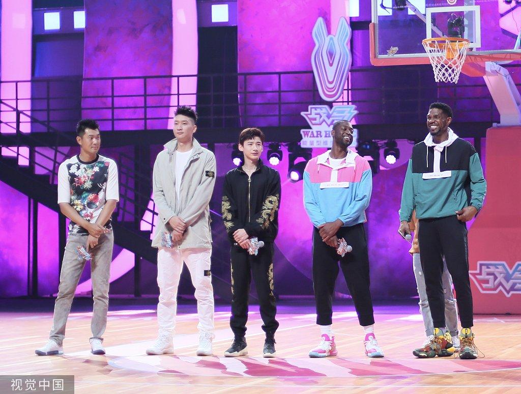 白敬亭追星成功默默增高鞋跟 篮球巨星韦德粉嫩装扮反差萌
