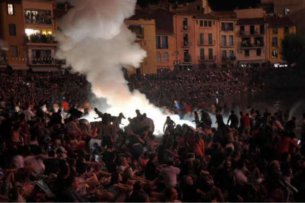 法国烟花晚会发生爆炸13人受伤 碎片飞至40米外|发生爆炸|事故