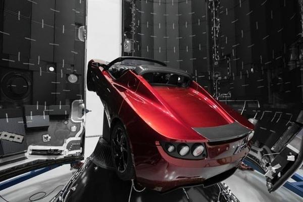飘在太空的特斯拉跑车已绕太阳一周 朝火星飞奔而去