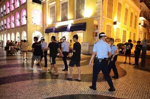 黑衣人澳门非法集会7人被抓 有人见警察落荒而逃|暴力