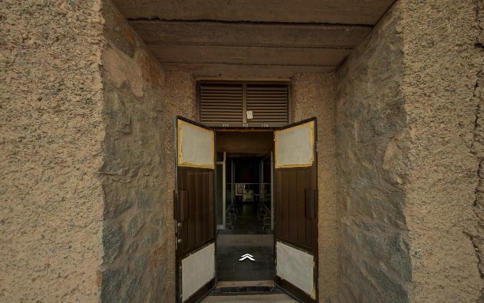△第323窟据推测开凿于初唐,北壁绘有 《张骞出使西域》 。画面中汉武帝骑在马上,群臣持伞盖相随与张骞告别。这是最早的一幅张骞出使西域图,是研究丝绸之路历史和中外文化交流史极为珍贵的形象资料。南壁中央留有一片空白,这是1924年该处壁画被美国人兰登华尔纳(Langdon warner)用化学胶布粘走后留下的痕迹。该壁画现藏于哈佛艺术博物馆(Harvard Art Museums)(敦煌研究院提供)
