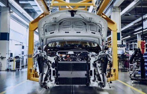 """宝马大型电动SUV生产照曝光 明年将与特斯拉Model X""""赛跑"""""""
