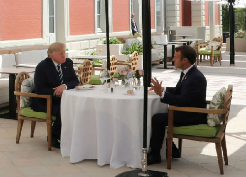 马克龙(右)与川普24日在法国比亚里茨共进午餐(路透社)