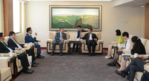冯正霖会见柬埔寨民航秘书处大臣毛哈万纳