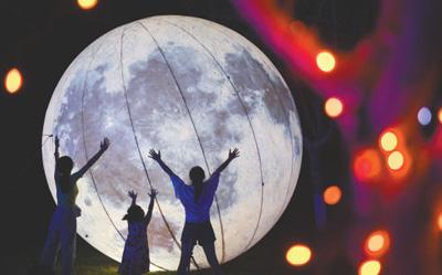 """游客在河北省沙河市红石沟现代农业园区夜间举办的""""梦幻灯光节""""上游玩。    新华社记者 牟 宇摄"""