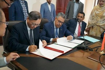 驻毛里塔尼亚大使张建国与毛塔经济工业部长穆莱塔赫签订中毛合作协定