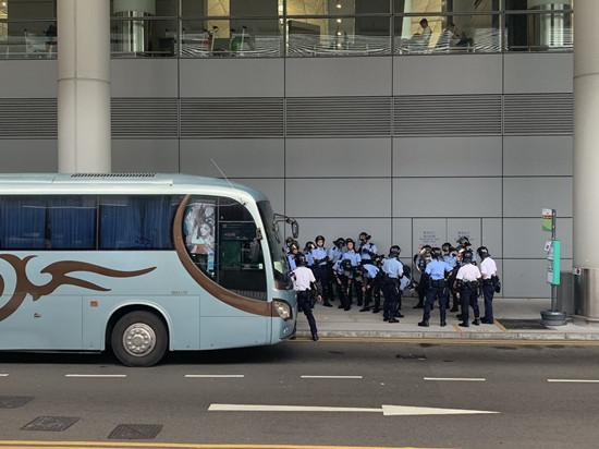 图为旅游巴士接载防暴差人参加(滥觞:港媒)