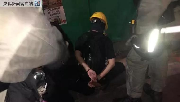 警方在灣仔現場逮捕了幾名激進示威者