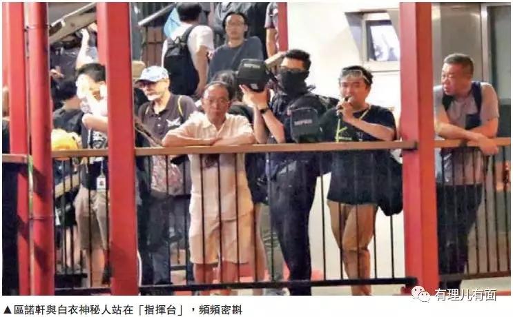 """△7月21日早,区诺轩正在天桥上""""观察""""暴动"""