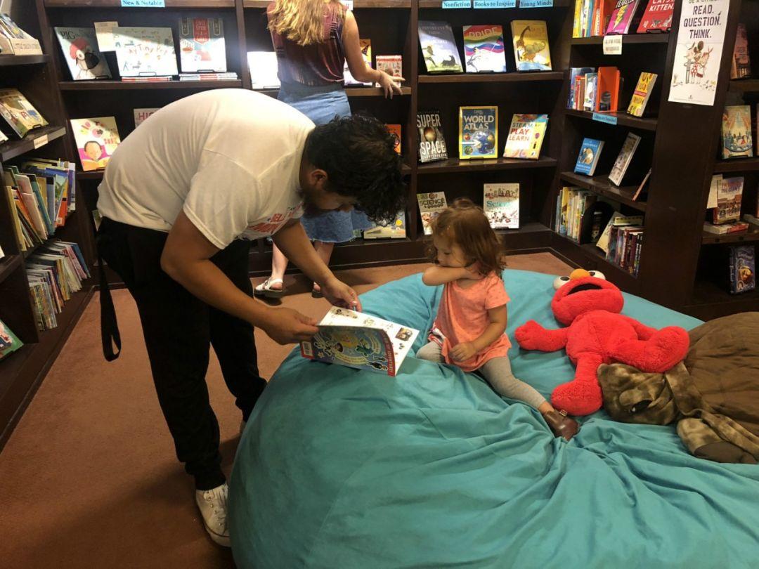 一名主顾正在伴小孩浏览。