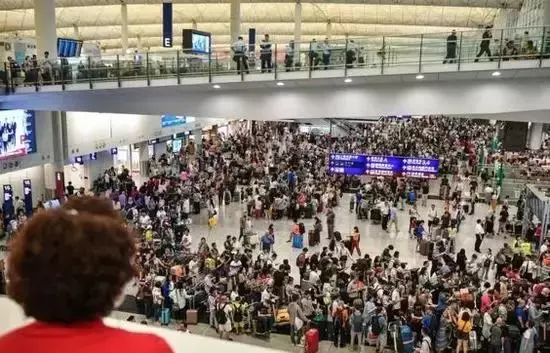 暴徒煽动再堵机场香港警方强硬表态:拖车已备好
