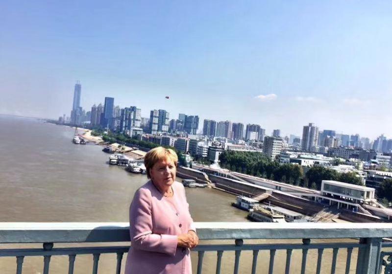 刚刚默克尔来到武汉长江大桥