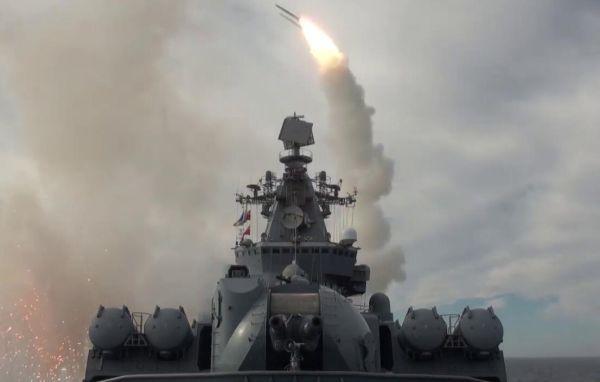 """""""瓦良格""""号发射SA-N-6远程舰空导弹拦截来袭目标。(俄国防部视频截图)"""