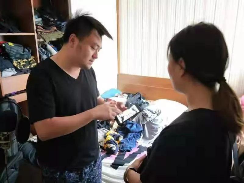 陈凌(左一)长期奋战在禁毒一线