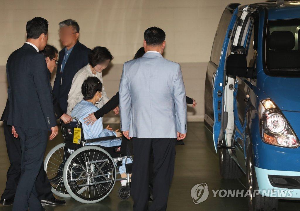 資料圖:樸槿惠就診后,離開醫院返回拘留所(韓聯社)