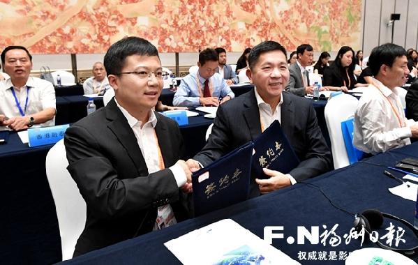 招商对接会上项目签约。记者 叶义斌 摄