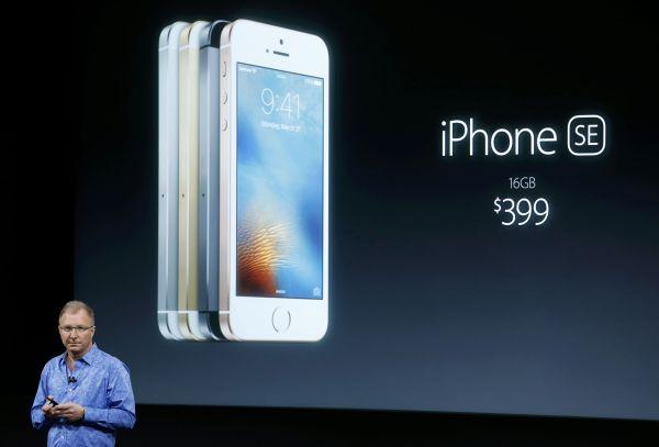 资料图片:2016年,苹果发布当时的新款手机iPhone SE。(新华社/路透)