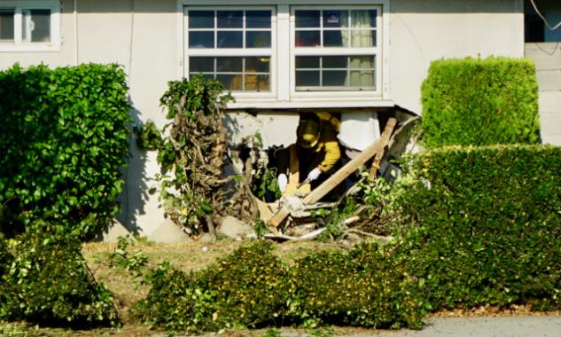 美国警匪飞车大追捕 华人房屋被撞出大窟窿(图)